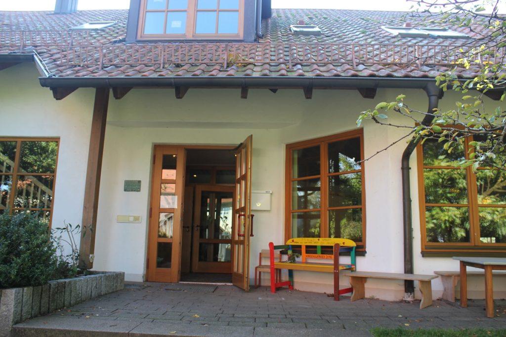 Eingang Kindergarten Herbishofen (Foto: Metten)
